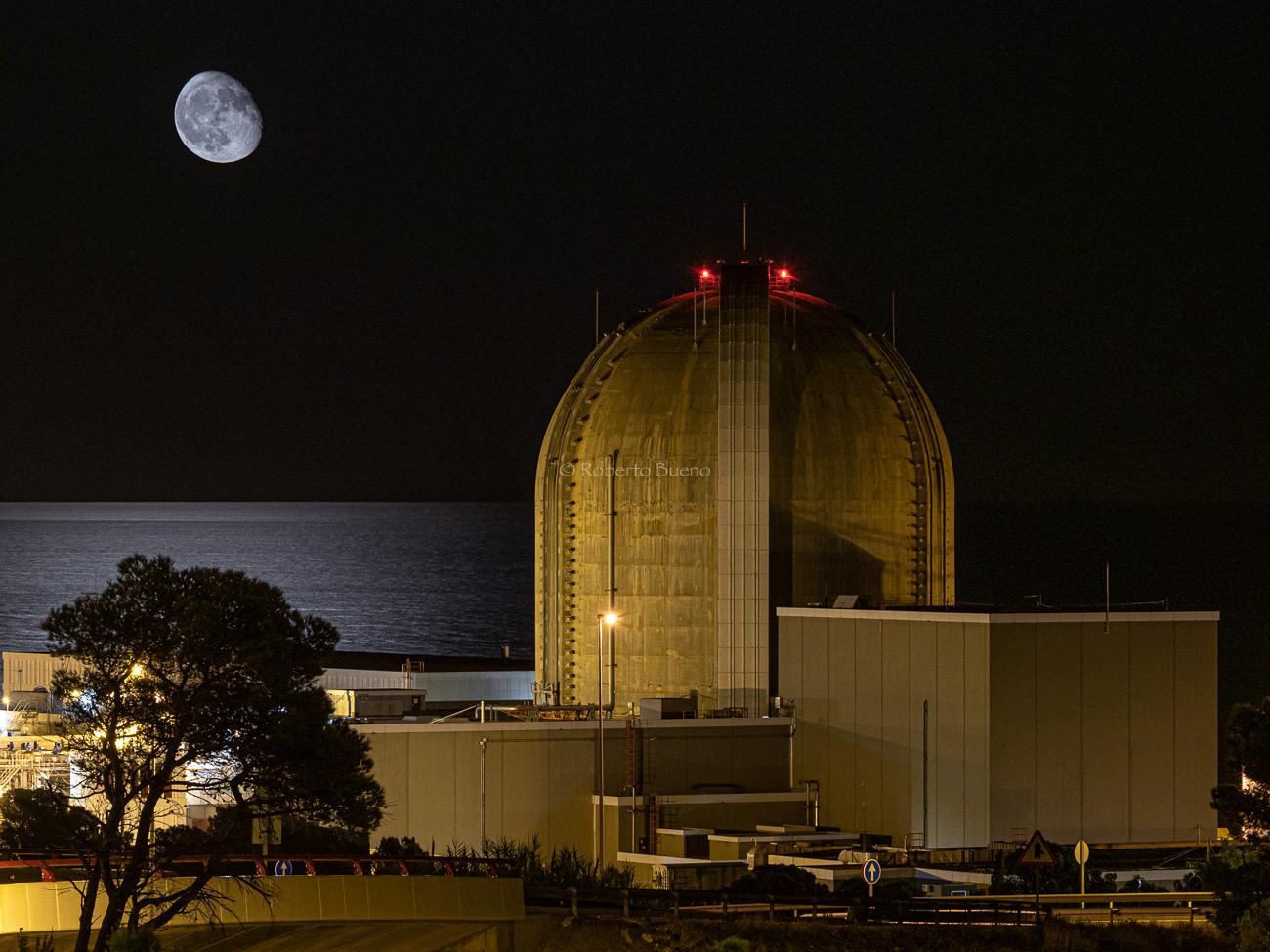 Central Nuclear de Vandellòs II y luna sobre el Mar Mediterráneo - Energía Nuclear - Roberto Bueno. Energía Nuclear y Centrales Nucleares