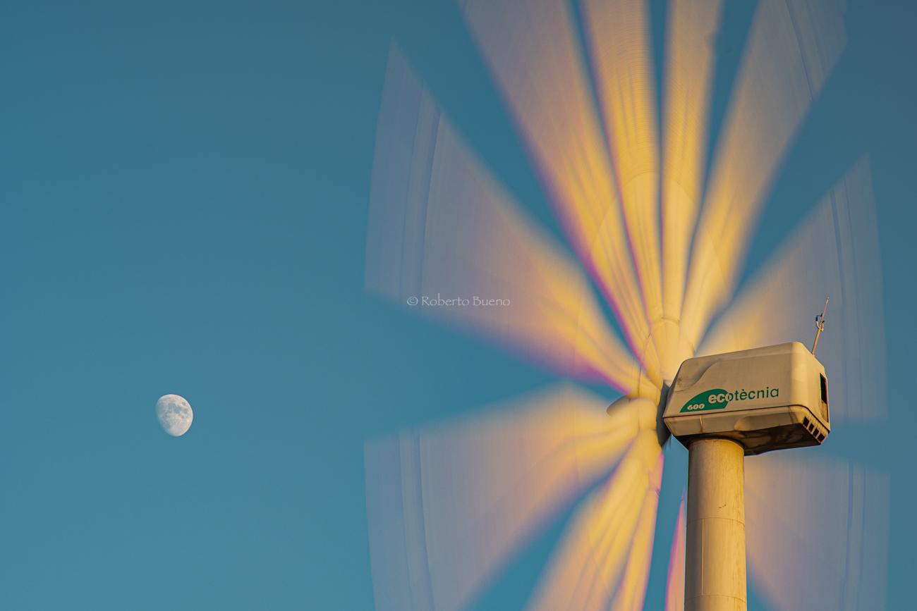 Aerogenerador y Luna - Energía eólica - Roberto Bueno. Fotografías Energía eólica y aerogeneradores