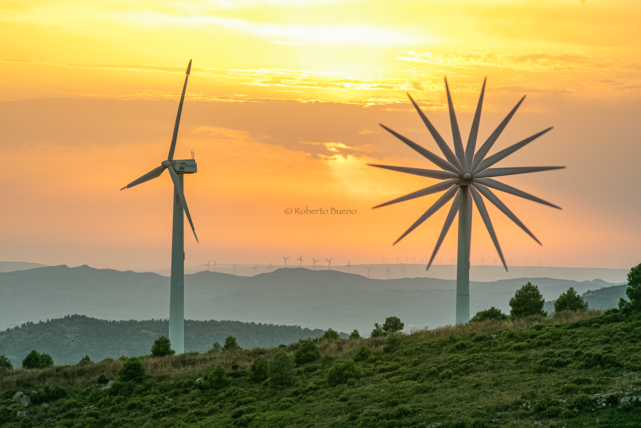 Aerogeneradores al atardecer - Wind Turbines at sunset - Roberto Bueno. Pictures of Wind Power and Wind Turbines