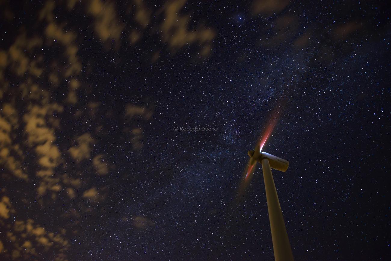Aerogenerador bajo cielo estrellado - Energía eólica - Roberto Bueno. Fotografías Energía eólica y aerogeneradores