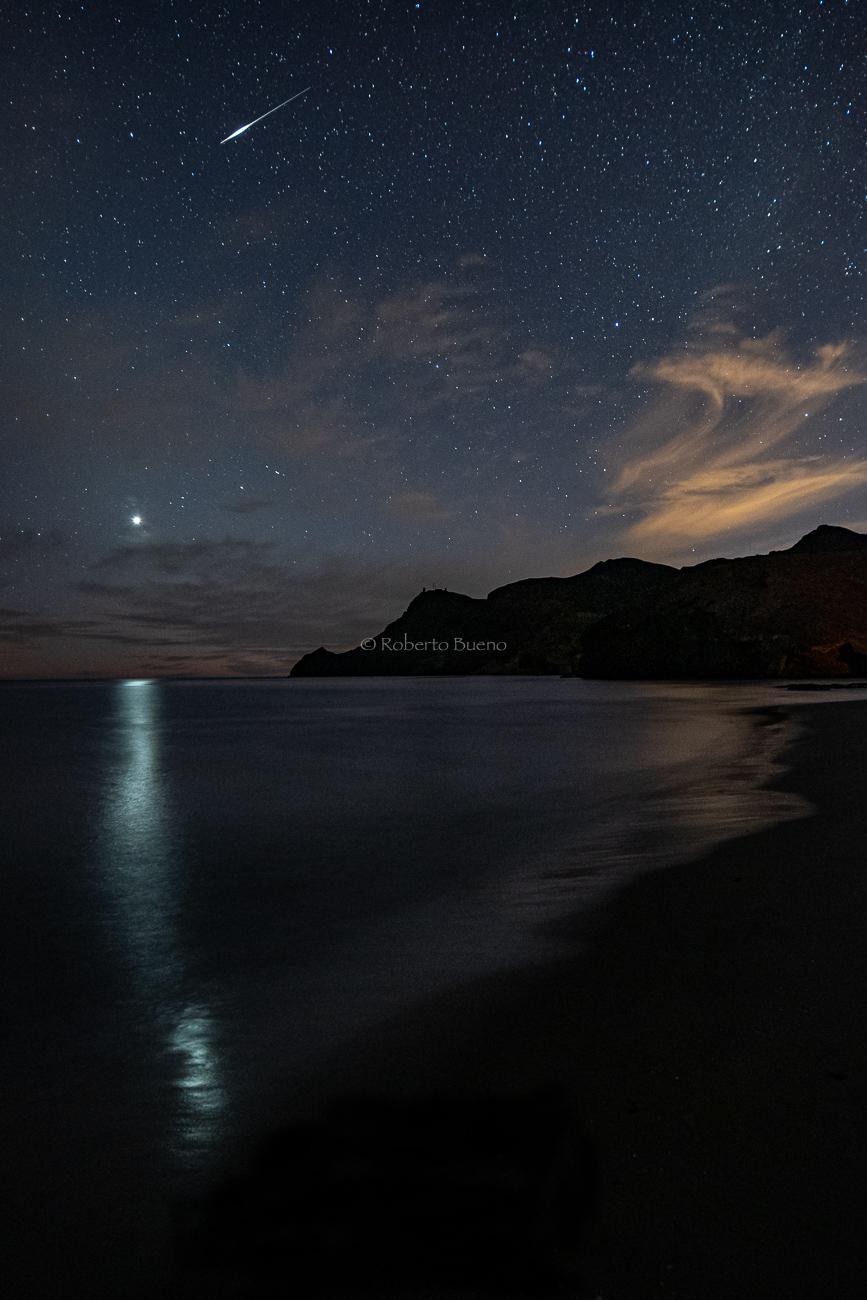 Venus con su reflejo y estrella fugaz. Cabo de Gata - Luces del Planeta - Luces del Planeta - Roberto Bueno – Fotografía de Naturaleza