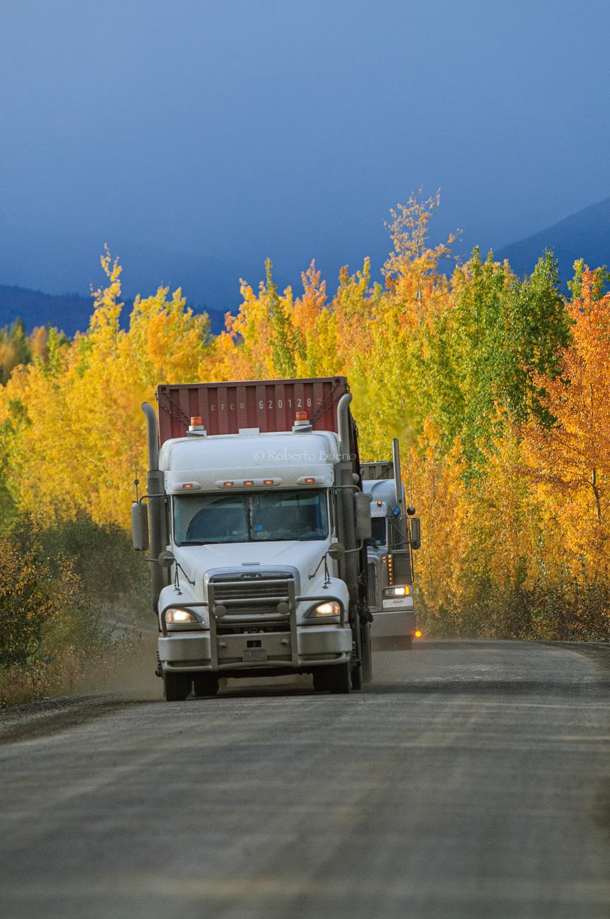 Camiones en la Dempster Highway en el valle del río Klondike. Yukon. Canada - Yukon, NWT y Dempster - Roberto Bueno. Luces del Planeta. Fotografías. Yukon, Territorios del Noroeste y Dempster Highway
