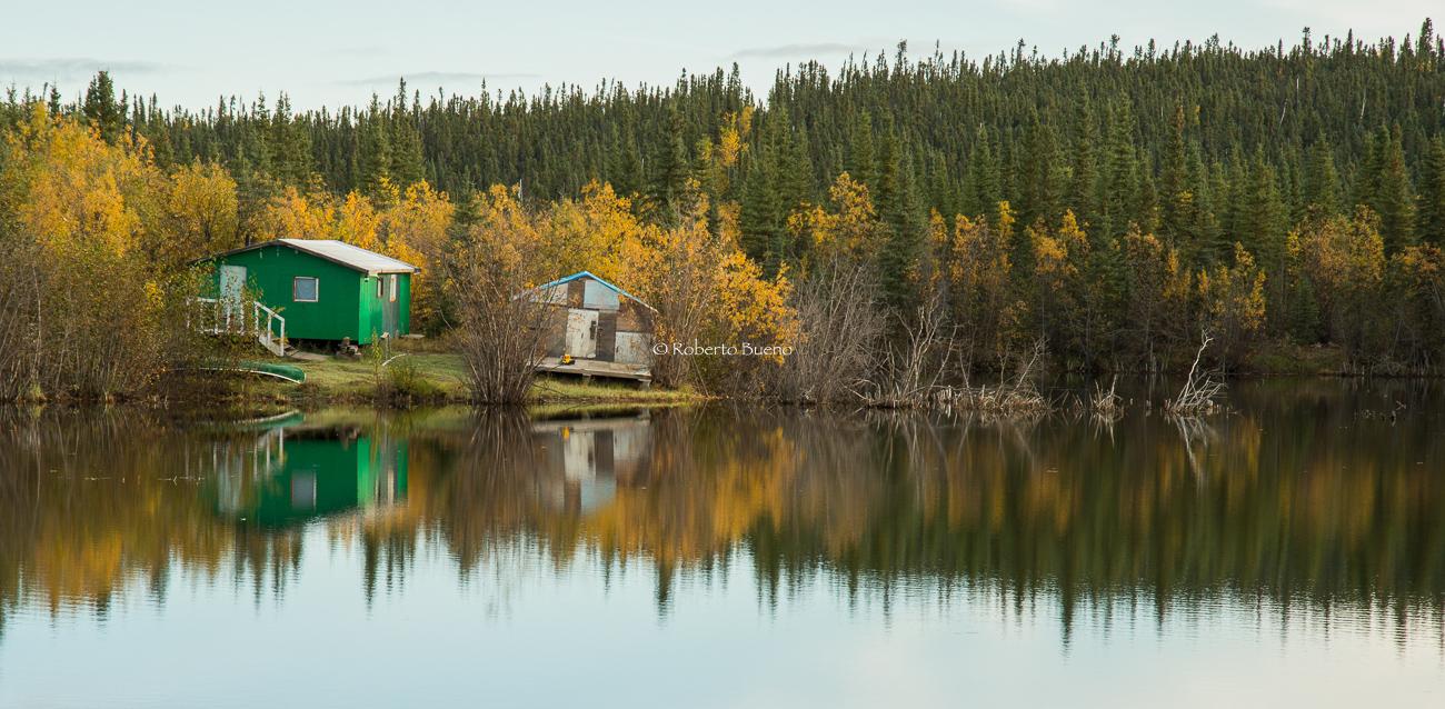 Cabañas en el cruce del río Peel. Fort McPherson - Yukon, NWT y Dempster - Roberto Bueno. Luces del Planeta. Fotografías. Yukon, Territorios del Noroeste y Dempster Highway