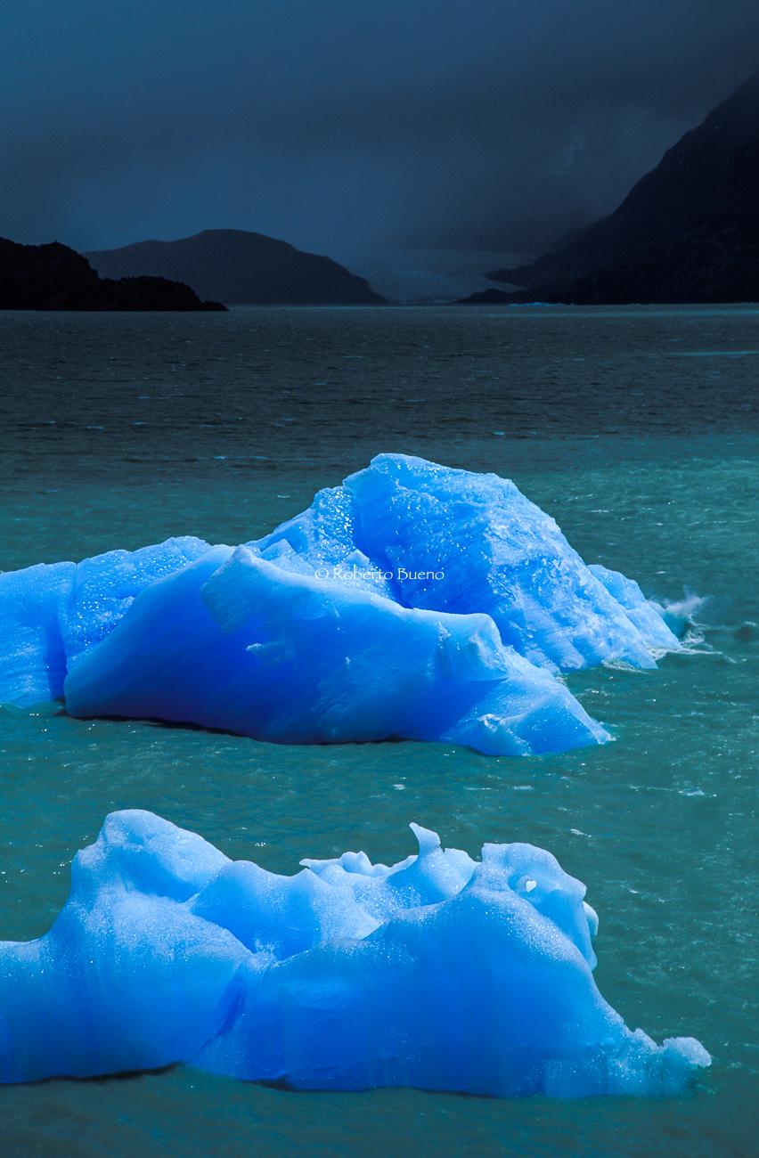 Témpano con luces de tormenta. Lago Grey. Patagonia. Chile - Luces del Planeta - Luces del Planeta - Roberto Bueno – Fotografía de Naturaleza
