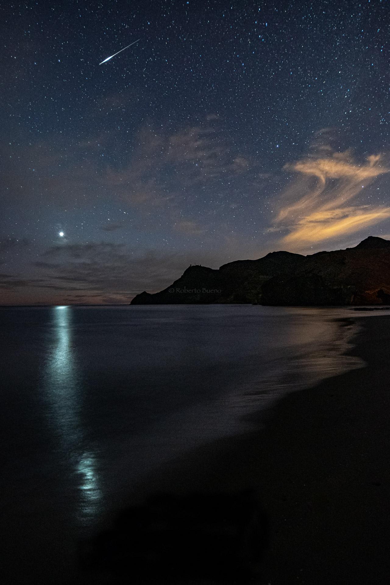 Reflejo de Venus en el mar y estrella fugaz - Luces en la noche - Luces en la Noche. Roberto Bueno. Fotografía de Naturaleza y viajes