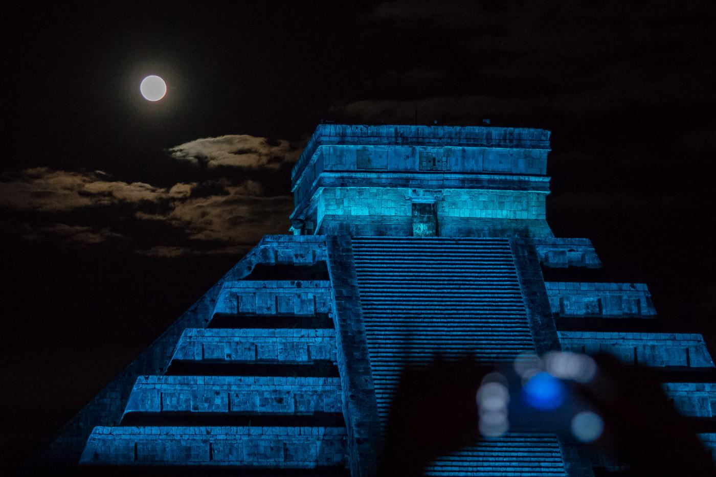 Móvil, mayas y Luna llena. Chichen Itzá. México - Luces en la noche - Luces en la Noche. Roberto Bueno. Fotografía de Naturaleza y viajes